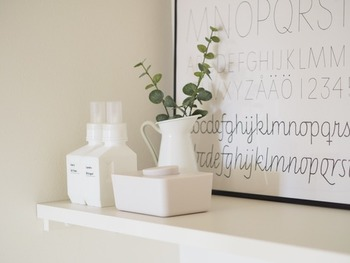 玄関の飾り棚には、おしゃれな容器に入れたお掃除アイテムをセット。 インテリア性もあり、思いついたらすぐ使えるところも◎  拭き掃除には、100円ショップにある除菌ウエットシートを使用すると、こまめに掃除しやすくなります。