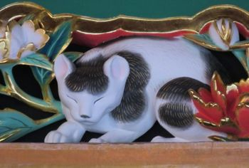 三猿と並んで有名なのが、「眠り猫」。奥宮の入り口にある彫刻です。 当初は目が入っていたところ、あまりにも見事なため夜中に猫が抜け出てごちそうを食べてしまうという悪さをしたので、抜け出ることができないように眠っている姿に変えられた、という逸話が残っています。