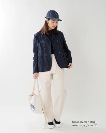 紺は白の配分を多めにすることで、黒よりも柔らかく、かつベージュよりもトラッドな印象に仕上がります。