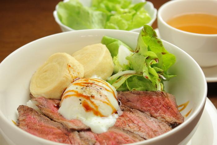 看板メニューとなっているのがNIKKO丼。前日光和牛のローストビーフと、日光の名物である湯波(ゆば)の煮付けが乗せられています。京都の湯葉とは異なり、日光のものは分厚いのが特徴。漢字も「湯波」と書かれます。 この他、前日光和牛と日光豚を使ったハンバーグランチも人気です。