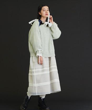 白多めの配色で柔らかくかわいらしい雰囲気に。シルエットなどを工夫すれば、ガーリーになりすぎずに着こなすこともできます。