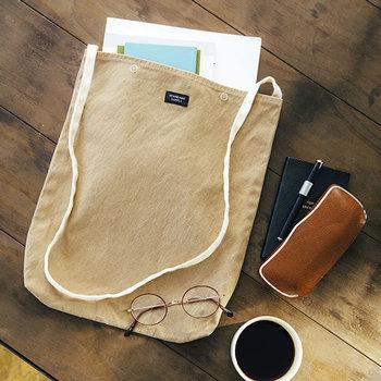 『普段着のように毎日身近に使えるアイテム』をコンセプトにしたSTANDARD SUPPLY(スタンダード サプライ)のデイリーシリーズ。こちらは薄手で柔らかいな国産の綿帆布製で、汚れたら洗える上、洗濯しても縮みにくいというまさに普段使いに嬉しいバッグです。