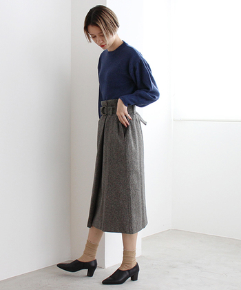 紺とグレーの組み合わせはクラシカルで上品なイメージの配色です。タイトスカートなど、女性らしいアイテムを使って雰囲気を楽しみたい。