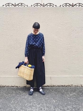 明るめの紺は、ブルーより落ち着いた印象ながらも明るい雰囲気に仕上がります。黒と合わせてもアイテムによってはこんなにポップで可愛い印象に。
