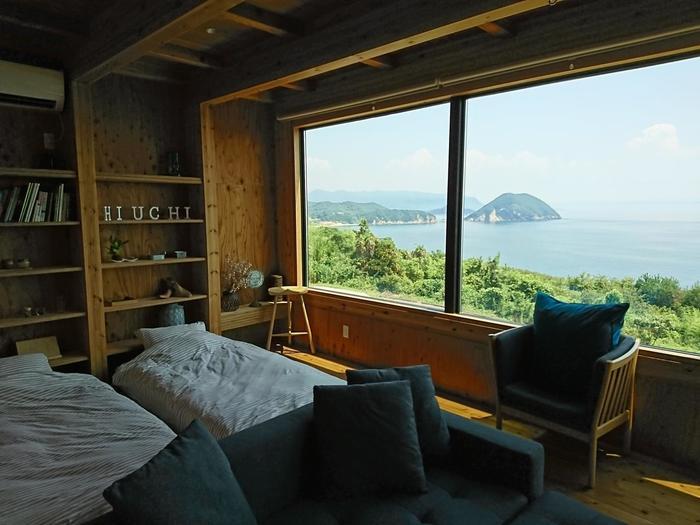 木目調のシンプルな部屋から瀬戸内海に浮かぶ小さな島々眺めることができます。 旅の疲れがスッキリととれそうな素晴らしいロケーションですね。