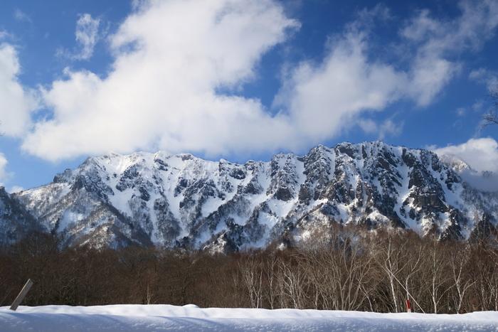 上記で紹介した戸隠マップにあるように、それぞれの神社の参道付近にありますが、戸隠神社中社は標高1200mあり、奥社は1350mもあるため、冬は車で訪れる際、注意が必要です。