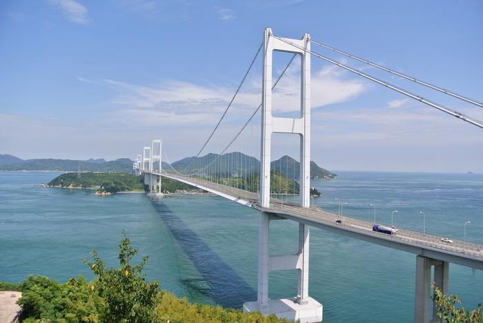 本州側の広島県尾道市と四国側の愛媛県今治市を連絡している「しまなみ海道」。そのうち愛媛県の今治市から来島海峡をまたいで芸予諸島の大島を結ぶ全長約4㎞の3連吊り橋が「来島海峡大橋」です。来島海峡大橋の展望スポットはとても有名で、その中でも愛媛県今治市の「糸山展望台」と大島の「亀老山展望台」は、絶対に訪れたい2大展望スポットです。