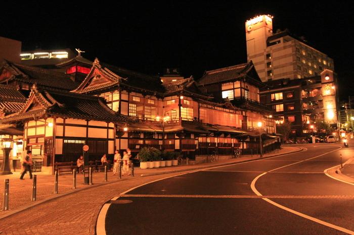 まるで桃源郷に来たような艶やかさと華やかさがある夜の「道後温泉」の町並み。お風呂上がりにゆったりとお散歩するのも楽しいですね。