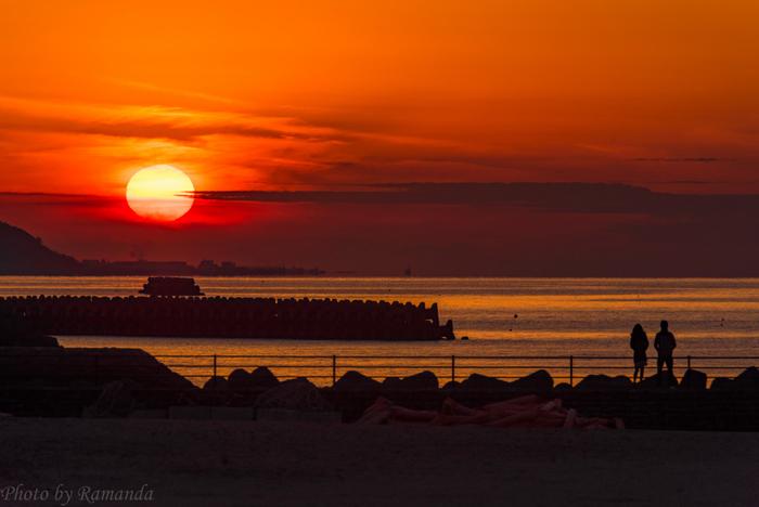 愛媛県伊予市にある「ふたみシーサイド公園」。公園内にある「恋人岬」は「日本の夕陽百選」に選ばれ、カップルたちの人気スポットとなっています。数百メートルにわたって広がる砂浜の後方には、観覧用のデッキが設置されていて、夏場には海水浴や花火大会を目当てに各地から観光客が訪れます。併設された「道の駅ふたみ」には地元の特産品であるじゃこ天や鯛めし、いりこなどの海産物に加え、ソフトクリームなどお買い物もできます。