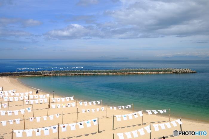 毎年夏に開催される「ふたみTシャツアートフェスティバル」。期間中、応募されたプリント加工したオリジナルTシャツを砂浜や堤防に展示するというイベントです。個性的なデザインのTシャツが太陽と潮風に触れて気持ちよさそうですね。
