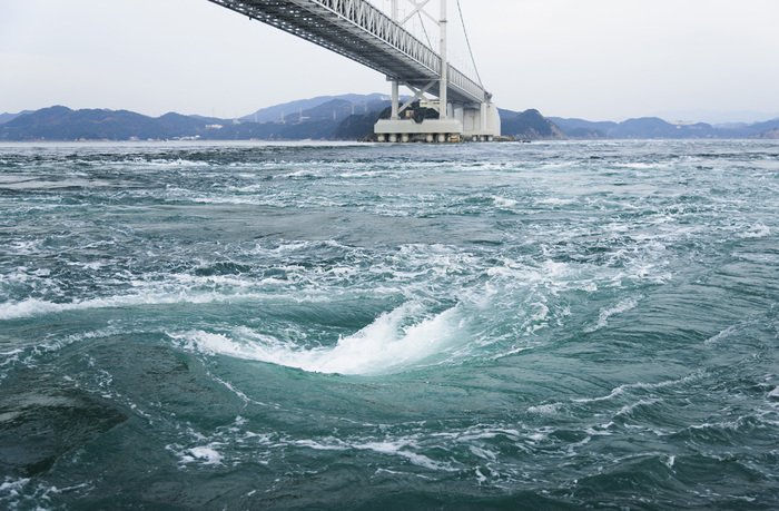 うずしお観潮船に乗って、迫力ある「渦潮」を間近で見てみるのも楽しいです。観潮船は大型船と小型船と2種類あって、予約制ですが小型船は水中から渦潮を見学してことができます。詳しくはホームページをチェックしてみてくださいね。