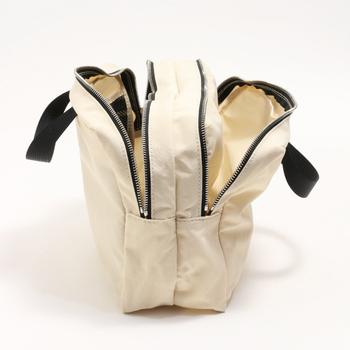 必要なアイテムだけを厳選できたら、次はバッグインバッグを活用して荷物を小分けしながら収納します。ポケットや仕切りを上手に使って、見やすく&使いやすく整理整頓しましょう。さらにバッグインバッグの中身を定期的に見直すことで、すっきりと綺麗な状態をキープしやすくなりますよ◎。