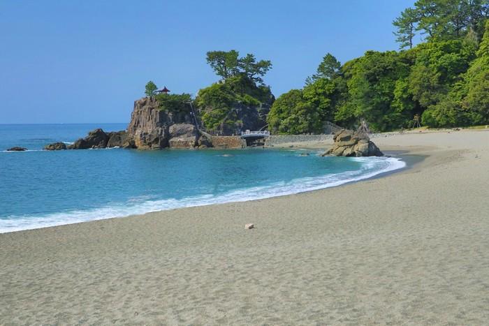 高知市の南、太平洋に面した景勝地「桂浜」。高知県出身の坂本龍馬が最も愛した場所としても有名で、「桂浜公園」としても整備されているので、高知県に来たなら必ず訪れたい観光スポットです。