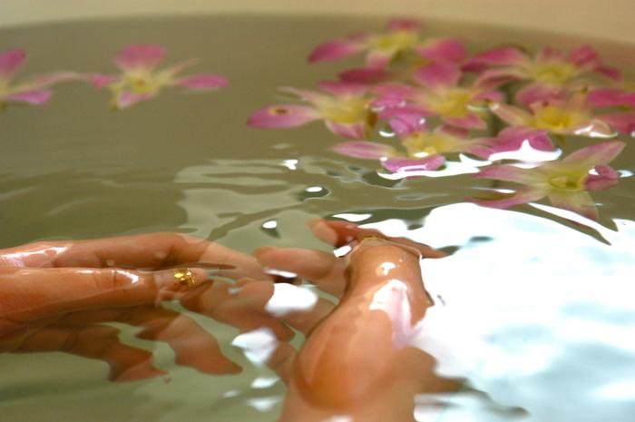 一日の疲れを癒してくれるのが、好きな香りに包まれながら入浴する、アロマバスタイム。アロマオイルを湯船の中に3〜5滴ほど垂らし、ゆっくりとお湯に浸かりましょう。お湯の温度は、リラックスできるぬるめの38度前後がおすすめ。