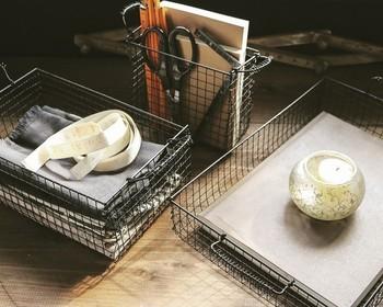 使い勝手の良いスクエアタイプのかっちりとしたワイヤーバスケット。100円ショップの焼き網を使って作ることもできるんです。  作り方を覚えておけば、収納場所に合ったサイズで揃えられ便利です。