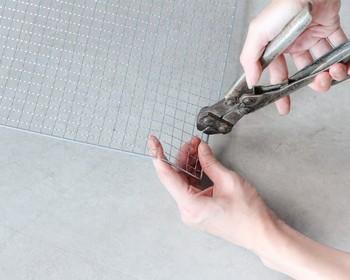 箱を作るときのように、四隅を正方形に切り落とし、組み立てるだけ。  金網は金物専用バサミやニッパーで簡単にカットできます。