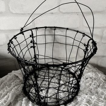 ハンドメイド感のあるワイヤーバスケットは、縦・横にワイヤーを編んでいきます。無造作にモノをぽんぽんと入れるだけで様になります。