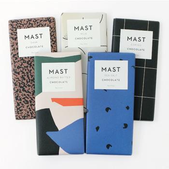 NYのブルックリンにあるお店で、厳選されたカカオとサトウキビのみで作られている濃厚なチョコレートが「Mast Brothers(マストブラザーズ)」のチョコレートです。包装にはイタリアの「Rossi(ロッシ)」社というデザイン紙の会社のものが使われており、ファッションのようでとってもおしゃれですね。