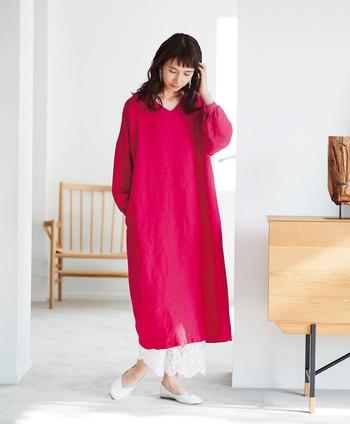 同じデザインで色違いもあります。鮮やかな発色のピンクは、着るだけで自分も周りも明るい気分にしてくれそう。差し色として活躍するので、ワードローブに一着あるとコーディネートの幅がグッと広がります。