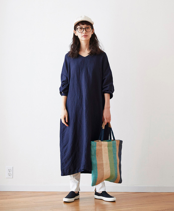 シンプルな無地のサックドレスは、ゆったり身幅の心地よさが「つい着たくなる」アイテム。Vネックで首元に抜け感があるのでロング丈でも重たく見えません。素朴さと、きれいな落ち感の出る麻レーヨンの生地を使い、カジュアルにもドレッシーにも着こなせる仕上がりに。