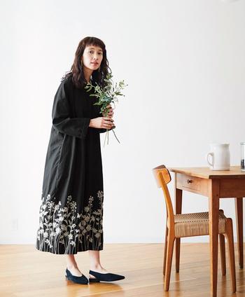 毎シーズン楽しみな「魔女ワンピース」シリーズ。この春は、裾にお花畑の刺繍がぐるりと施されて登場です。マーガレットや菜の花といった春らしいお花たちをキナリ一色の刺繍糸で表現し、黒い生地とのコントラストでとてもゴージャスな雰囲気。ちょっとドレスアップしたい日にも良さそうです。