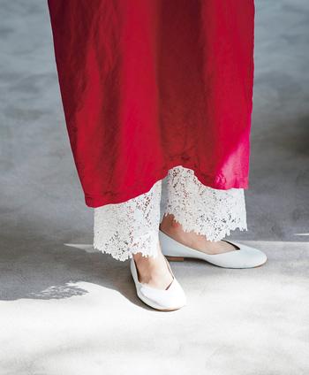 """裾に幅の太いレースを配したコットンの白いパンツは、ペチコート感覚でワンピースの下に穿くだけで足元からグッと""""大人の女性""""を演出してくれます。今回ご紹介したワンピースのコーデにもちょこちょこ使われているので気になった人も多いのでは。もちろん、スカートのときも活躍します。"""