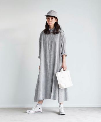 楽しみにしているファンも多い、モデルのkazumiさんとのコラボアイテム。今回のワンピースは「とにかく裾にはしっかりとボリュームを出したい」と言うkazumiさんのこだわりが詰まった一着に仕上がっています。たっぷり入れたフレアが動くたびにふんわりと揺れ、女性らしくエレガントに。綿麻の生地は、もちろん『シャトルノーツ』です。
