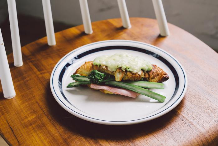 """食パンのクロックムッシュにはない、パリパリ&サクサクの食感です。春の味を演出してくれるのは""""菜の花のベシャメルソース""""。ふんわりとした、まろやかな春の風味が新鮮です。"""