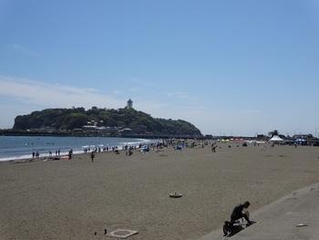 """片瀬江ノ島駅から歩いて2~3分のところに「片瀬東浜海水浴場」があります。5キロに広がる砂浜は、""""東洋のマイアミビーチ""""と呼ばれ、日本の海水浴場88選にも選ばれているんですよ。"""