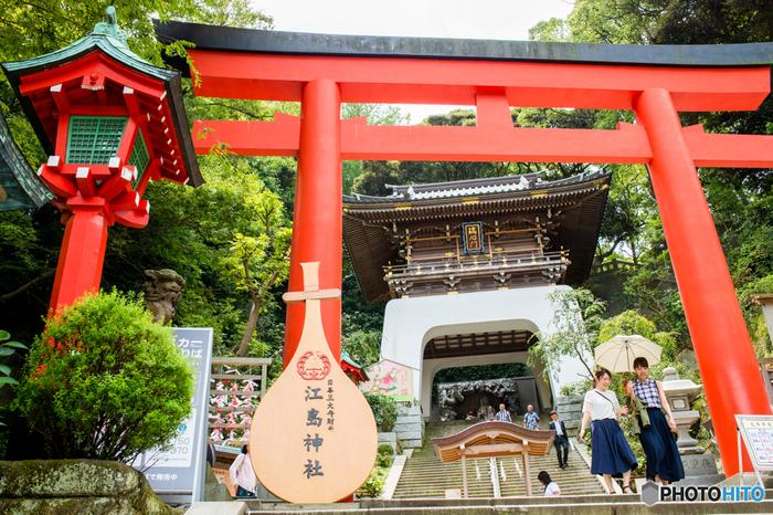 三姉妹の女神さまが祀られている「江島神社」は、芸能・音楽・知恵や福徳・財宝のご利益があるとされていて、1年を通して多くの方が参拝に訪れています。こちらの鮮やかな朱の鳥居は、弁財天がもつ楽器に形が似ていることから大きなしゃもじが奉納されているそう。
