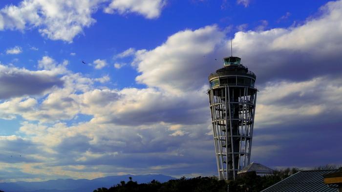 湘南のシンボル「江の島シーキャンドル」は、江ノ島の頂上にあります。展望台からの眺めは日中も夜景もステキなので、ぜひ時間帯を変えて訪れたいですね。
