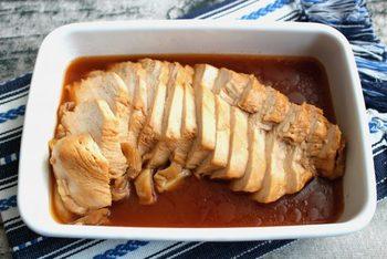 お酢の効果でムネ肉がしっとり柔らかく仕上がります。角切りにしてご飯に混ぜ込んでも、おにぎらずにしてもよし。