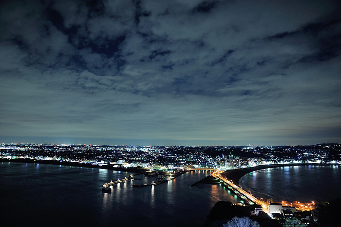 展望台の最終入場は19時半なので、夜景を見るために訪れる方も多いんだとか。漆黒の海とキラキラと光るネオンはとてもロマンチック。空気が澄んでいる季節は、特に夜景がキレイに見えるのでおすすめです。