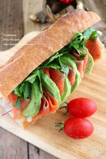 ピクニックの定番、バゲットを使ったサンドイッチ。パクチーとナンプラーを使ってアジアンテイストに。レモン汁でアボガドが変色しないようにするのがポイントです。
