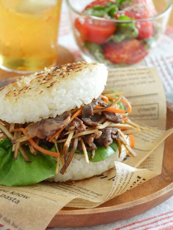 牛肉とごぼうのきんぴらをライスバンズではさめば、ライスバーガーのできあがり。オシャレなお弁当にしたいときは、ライスバーガーはいかがでしょう。