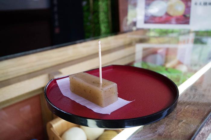 明治35年(1902年)の創業当時から作られている江ノ島名物の「元祖海苔羊羹」は、最高級の白いんげん餡に青海苔をほどよく混ぜ合わせた上品で味わいが魅力。食べ歩き用はひと口サイズで食べやすいのがうれしいですね。