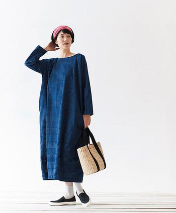 """ブルーの濃淡で組まれたチェック柄は、一番濃いネイビーにインディゴ糸を使用しているため、着続けるうちに色褪せて柄が馴染んでいくそう。しっかりと丈夫な生地だから、経年変化の""""味わい""""を楽しみながら、気軽にガンガン着られるのが嬉しいですね。"""