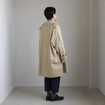 きっと誰もがワードローブに一着は持っている定番アイテム「ベージュのトレンチコート」。ベーシックなアイテムだけに、コーディネートによってはビジネスっぽくなってしまったり、探偵っぽくなってしまって、いつの間にか着こなしがマンネリ化してしまうなんてことも。