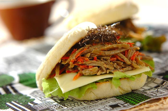 イングリッシュマフィンを使った、和風サンド。きんぴらにマヨネーズを和えるだけだから、とっても簡単。たまには和風サンドイッチはいかが?