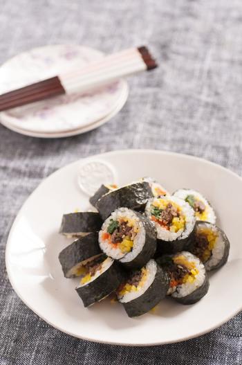 おにぎりではないですが、のり巻きもピクニックに持っていきたい一品。ごま油が香る韓国風のり巻きは食欲もそそります。野菜もたっぷり入って栄養満点。