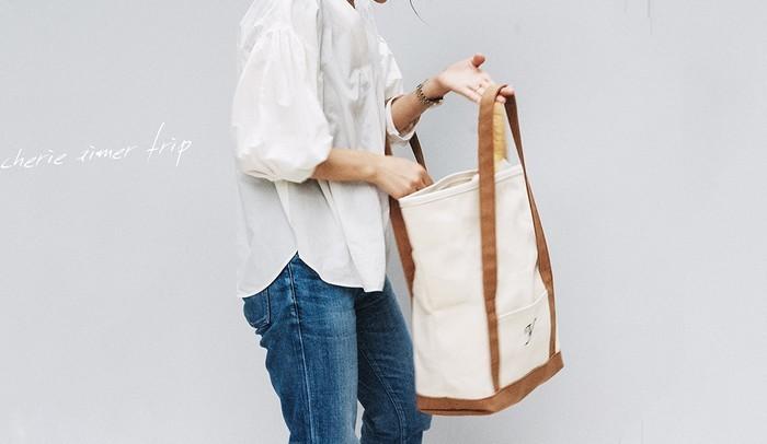 cherie aimer trip(シェリ エメ トリップ)のベンドトートバッグは、これぞトートバッグと頷きたくなる丈夫な国産帆布(キャンバス生地)製。縦長のボディには、少々嵩高いものでもたっぷり詰め込むことができます。