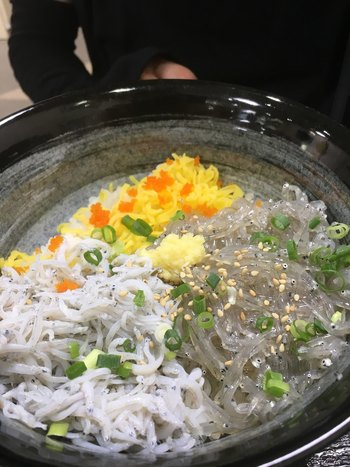 昭和2年創業の「江の島 ハルミ」は、参道にあるアットホームな雰囲気の食堂。ここでおすすめなのが「生しらす丼」です。地元でしか味わえない生しらすは、透明感とぷちぷちした張りのある食感が特徴。自家製の三杯酢をかけてさっぱりいただきましょう。