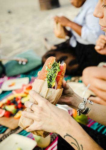 具を挟むだけのサンドイッチや、握るだけのおにぎりは、調理の手間もかからず、簡単に作れます。具材だけ前日に用意しておけば、当日の朝にささっと作るだけ。具をたくさん挟めば、ちょっぴり豪華なお弁当のできあがりです。
