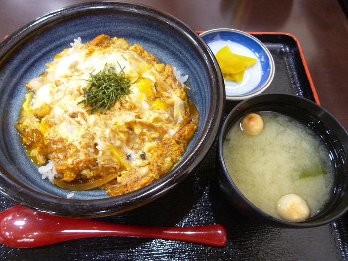 お店こだわりの丼つゆに、江ノ島名物のさざえとしらすを加えてさっと煮て卵でとじた「江の島丼」も、ぜひ食べてみたいひと品。甘辛いつゆと魚介の旨みがたまらないおいしさです。