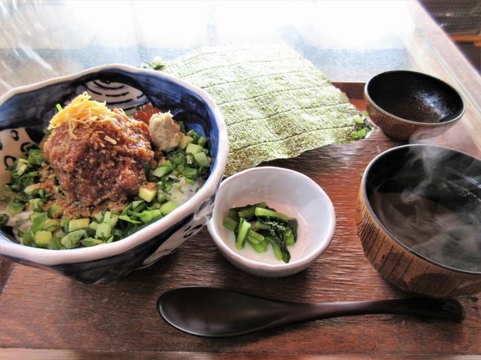 新江ノ島水族館のそば、片瀬橋のたもとにある「江ノ島小屋」は、何度も訪れるファンが多い人気店。なかでも「まなかい丼」は、ここでしか味わえない味と評判で、行列ができるほど。その日に仕入れた新鮮な数種類のお魚で作るなめろうに、秘伝のゴマだれを合わせた名物を食べに訪れてみませんか?
