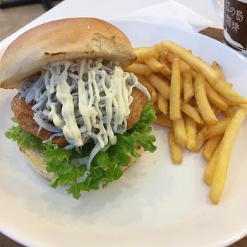 先ほどご紹介した「江の島アイランドスパ」にある「湘南バーガー」では、新食感のハンバーガーがいただけます。「さつましらすバーガー」は、湘南産のさつま揚げに茎わさびをのせ、だし醤油で味付けした和風テイスト。お肉を使っていないのに食べごたえ満点です。