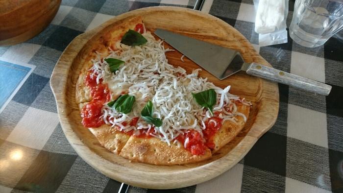 しらすがたっぷりトッピングされた名物の「シラス・マルゲリータ」は、程よい塩気とやわらかな食感が楽しめます。ピザ生地にもこだわり、厳選したピザ粉とオリジナルのブレンドチーズをのせて焼き上げているそう。