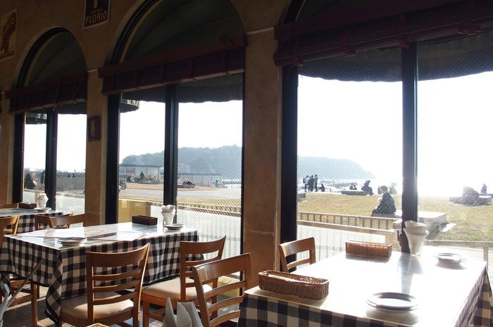 片瀬江ノ島駅を出てすぐ、国道134号沿いにある「イルキャンティ ビーチェ」は、ロケーション抜群のビーチの上にあるレストラン。海を見ながら優雅にイタリアンランチが楽しめます。