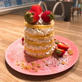 片瀬江ノ島から歩いて10分ほどのところにある「Moke's HAWAII 江ノ島店」は、本場ハワイでも行列ができる人気店。江ノ島限定「It's a girl」は、小さめのパンケーキの間に真っ白なホイップクリーム、真っ赤なイチゴをトッピングした乙女心をくすぐるフォトジェニックなメニューです。