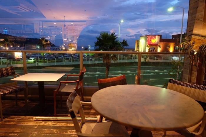 国道134号沿線の「GARB(ガーブ)江ノ島」では、海や沈む夕日を見ながらカジュアルなイタリアンディナーを楽しめます。テラス席で海風を感じながらのお食事も気持ちいいと人気です。